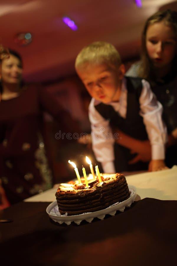 O menino funde para fora as velas fotos de stock royalty free