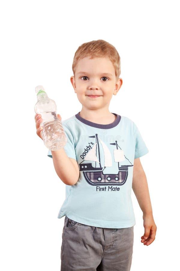 O menino guarda a garrafa de água em um fundo branco imagens de stock