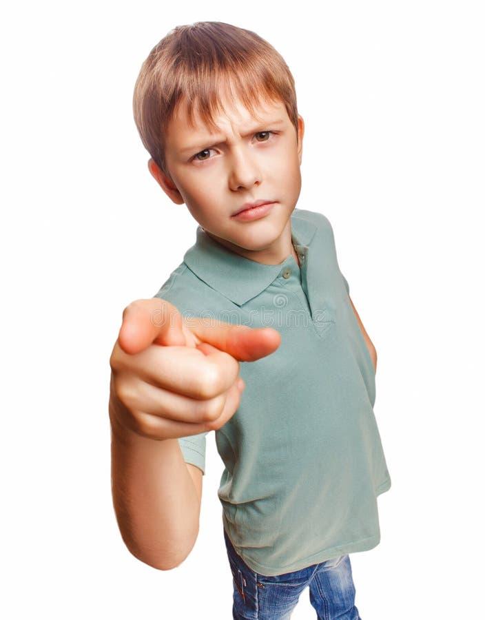O menino irritado da criança mostra que seu dedo ao mal da tela é imagens de stock