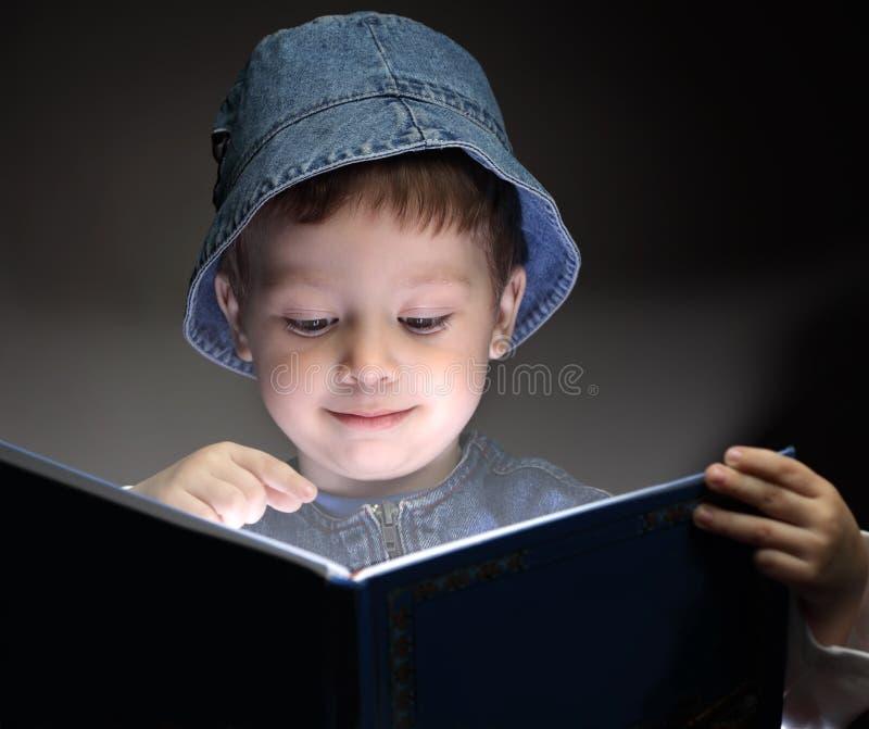 O menino leu o livro fotos de stock