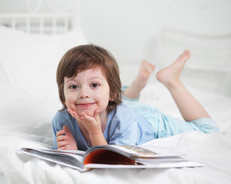 O menino leu o livro foto de stock