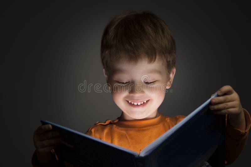 O menino leu o livro imagens de stock