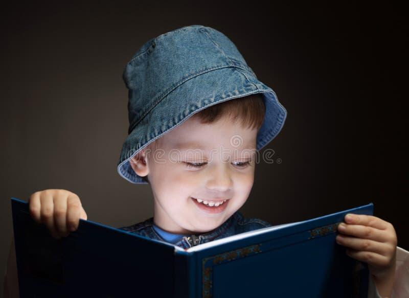 O menino leu o livro foto de stock royalty free
