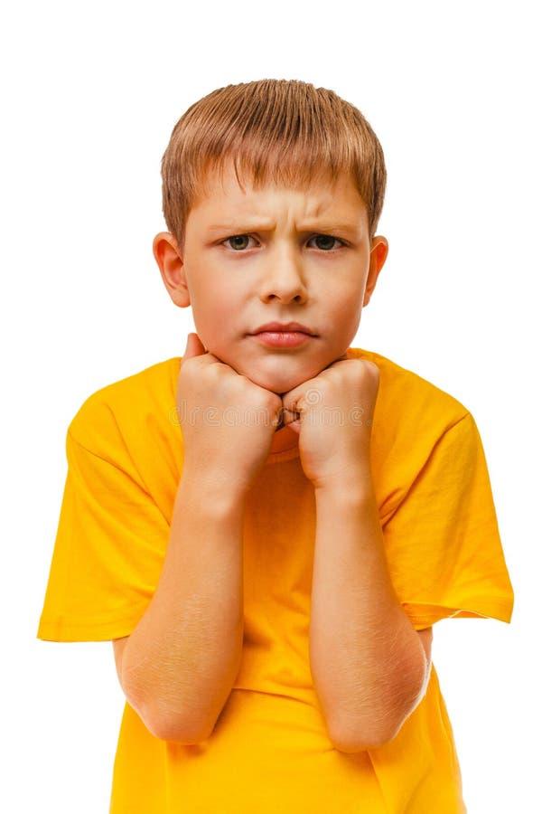O menino louro adolescente da criança triste na camisa amarela é fotografia de stock royalty free