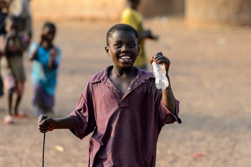 O menino não identificado de Dagomban sorri na vila local Dagombas fotos de stock