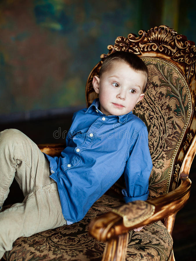 O menino na camisa e no veludo de algodão azuis arfa imagens de stock royalty free