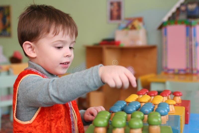 O menino no jogo fotos de stock royalty free