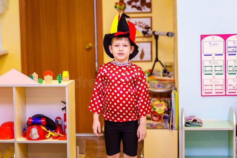 O menino no terno extravagante no jardim de infância fotografia de stock
