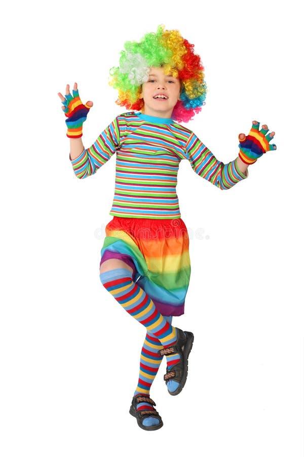 O menino no vestido do palhaço que está em um pé isolou-se fotos de stock