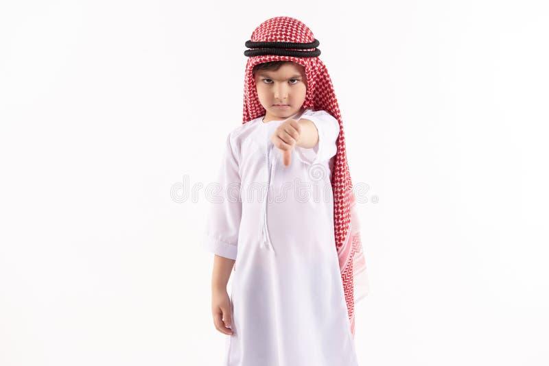 O menino ofendido árabe está mostrando o polegar para baixo fotos de stock