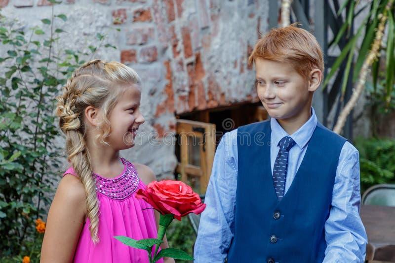 O menino oferece amizade à menina foto de stock royalty free