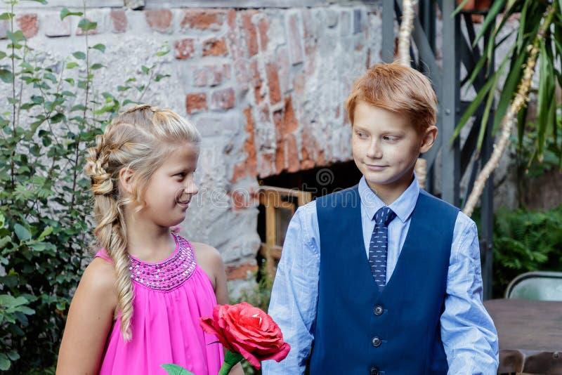 O menino oferece amizade à menina imagens de stock royalty free