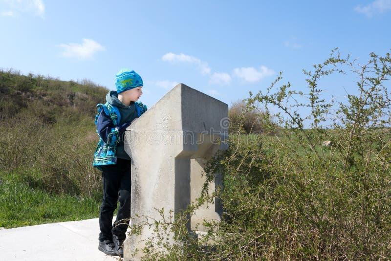 O menino olha a descrição das vistas de Chersonese imagem de stock