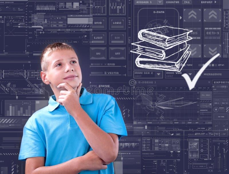 O menino pensa de seus futuro, tecnologia e conceito da escola fotos de stock royalty free