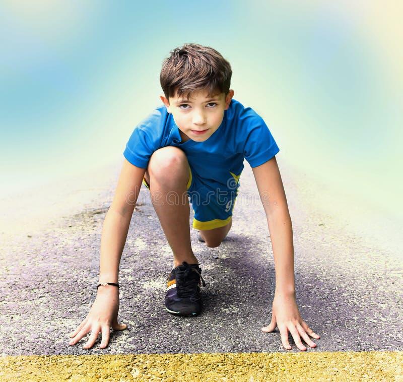 o menino prepara-se para ter competição running do evento fotos de stock royalty free