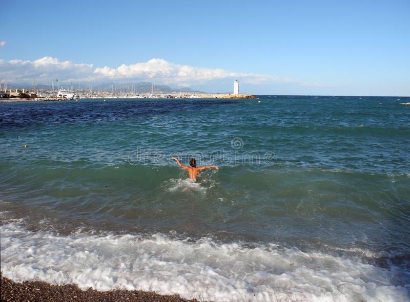 O menino quer nadar fotos de stock