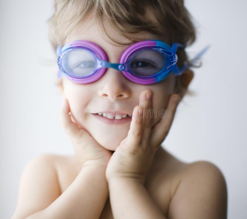 O menino real pequeno bonito em vidros do roupa de banho fecha-se acima fotos de stock royalty free