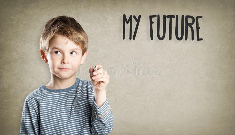 O menino, retrato, escrita, o que será meu futuro? foto de stock