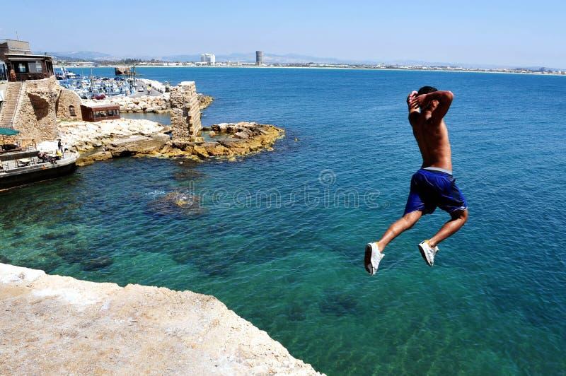 O menino salta das paredes antigas do acre imagens de stock royalty free
