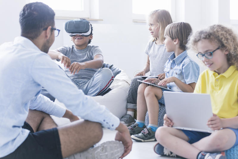 O menino usa vidros de VR fotografia de stock royalty free