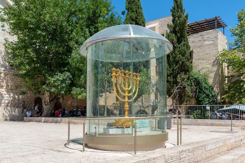 O Menorah Dourado no Quarto Judeu da antiga cidade de Jerusalém imagem de stock royalty free