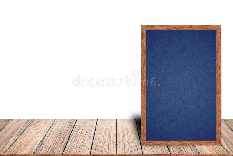 O menu de madeira do sinal do quadro-negro do quadro do quadro na tabela de madeira está colocando no fundo branco com espaço da  foto de stock royalty free