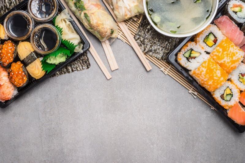 O menu do sushi com verão rola nos envoltórios de papel de arroz e na sopa de miso no cinza no fundo de pedra cinzento, vista sup imagem de stock royalty free