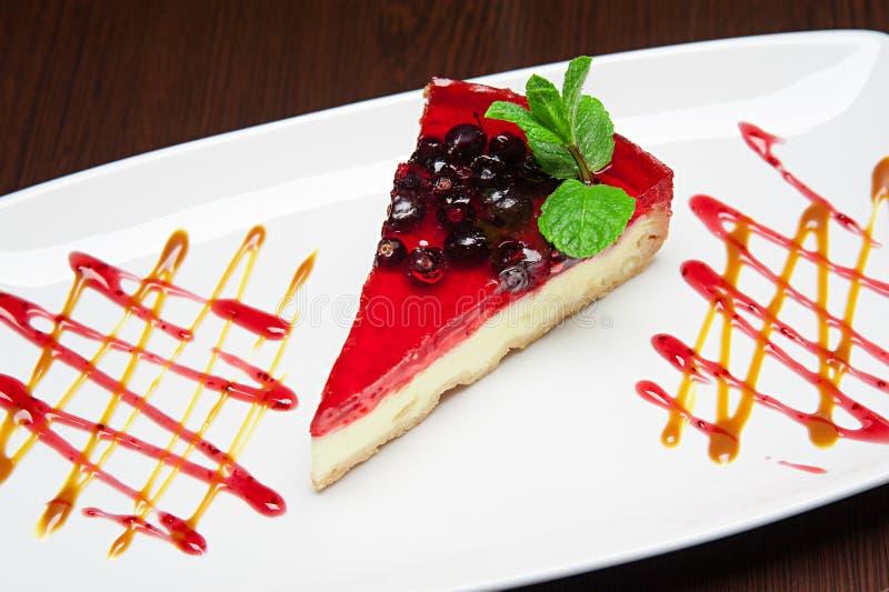 O menu - foto - bolo pairoso excelente com rasberries fotos de stock royalty free