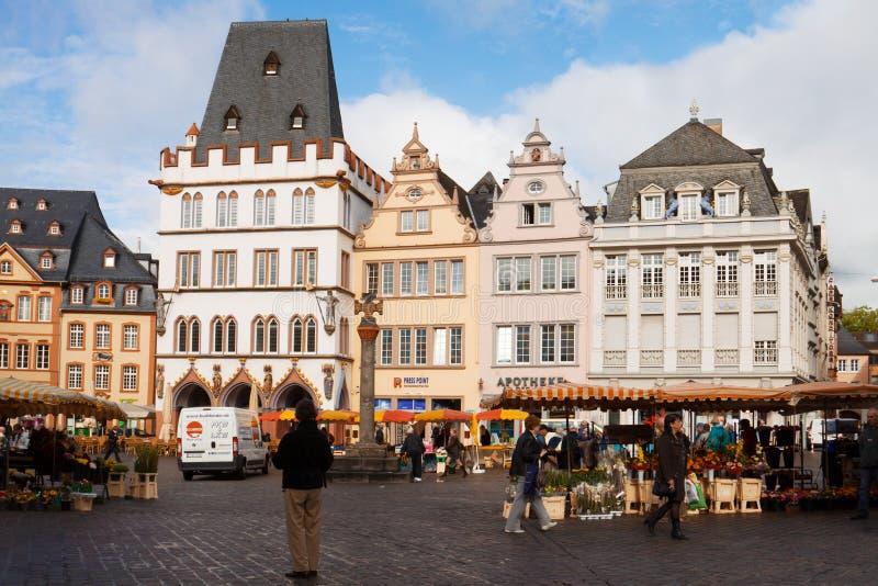 O mercado antigo na cidade do Trier em Alemanha fotografia de stock