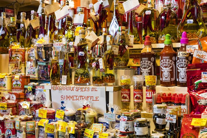 O mercado central grande de Budapest, um lugar da visita dos turistas para compras das salsichas de uma paprika das lembranças imagens de stock