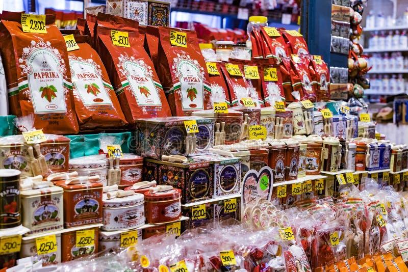 O mercado central grande de Budapest, um lugar da visita dos turistas para compras das salsichas de uma paprika das lembranças imagem de stock royalty free