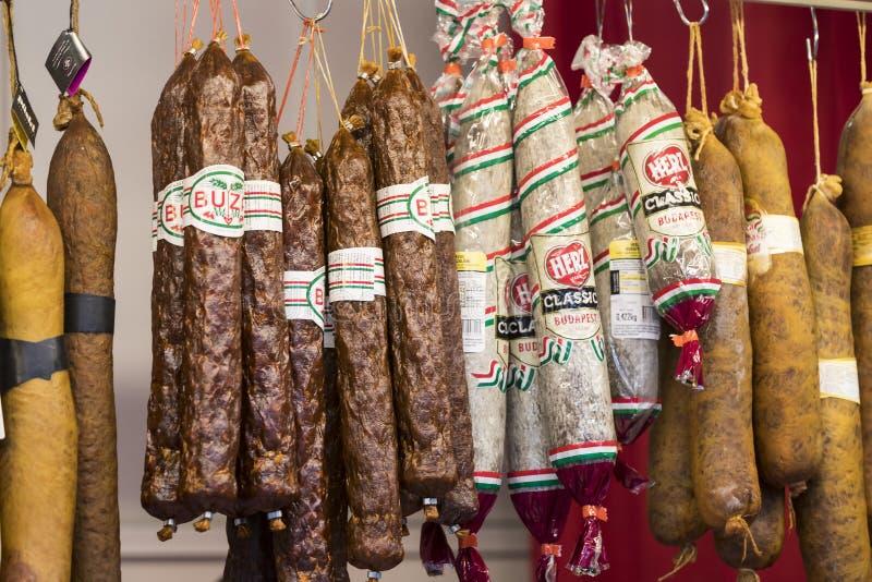 O mercado central grande de Budapest, um lugar da visita dos turistas para compras das salsichas de uma paprika das lembranças imagens de stock royalty free