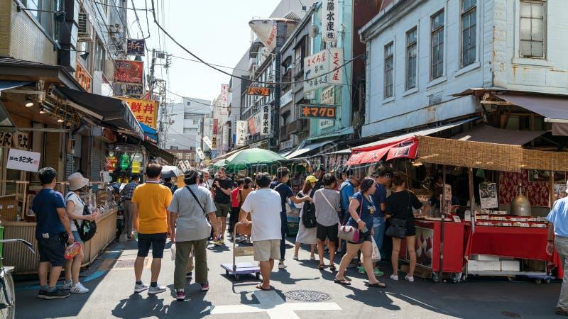 O mercado de peixes exterior de Tsukiji é uma parte do mercado de peixes popular de Tsukiji, dos peixes do mundo e do mercado os  imagem de stock