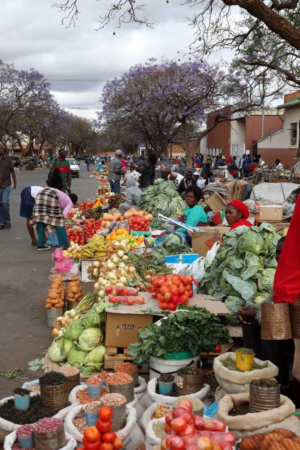 O mercado de rua de Bulawayo em Zimbabwe, 16 Oficial de polícia de setembro 2012 foto de stock