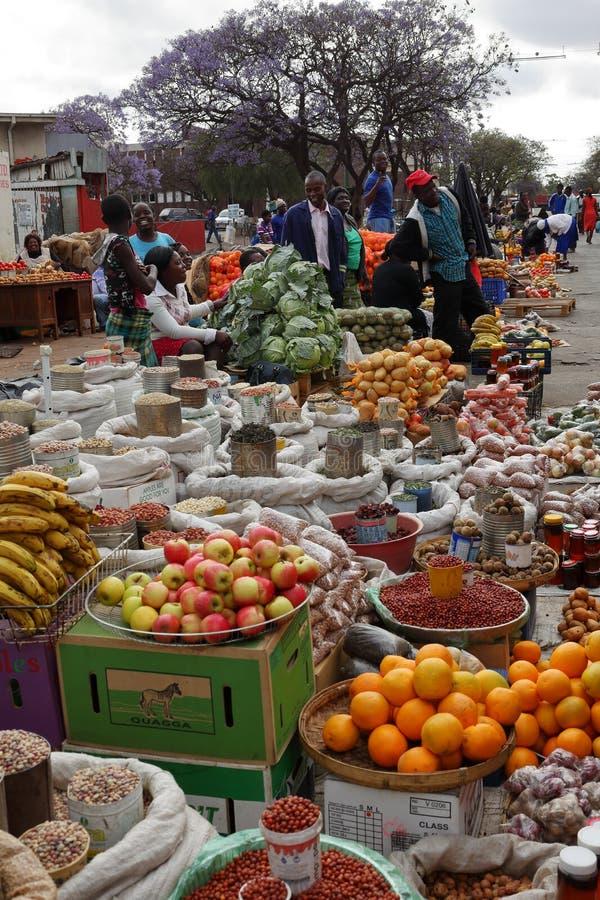 O mercado de rua de Bulawayo em Zimbabwe, 16 Oficial de polícia de setembro 2012 fotografia de stock