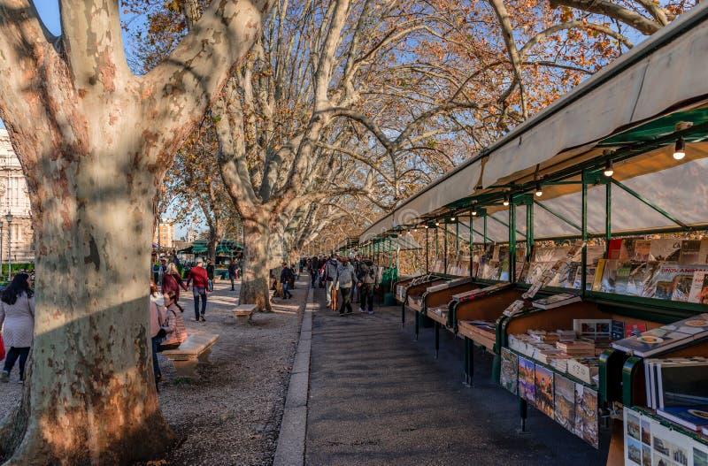 O mercado do ar livre em Lungotevere Castello foto de stock