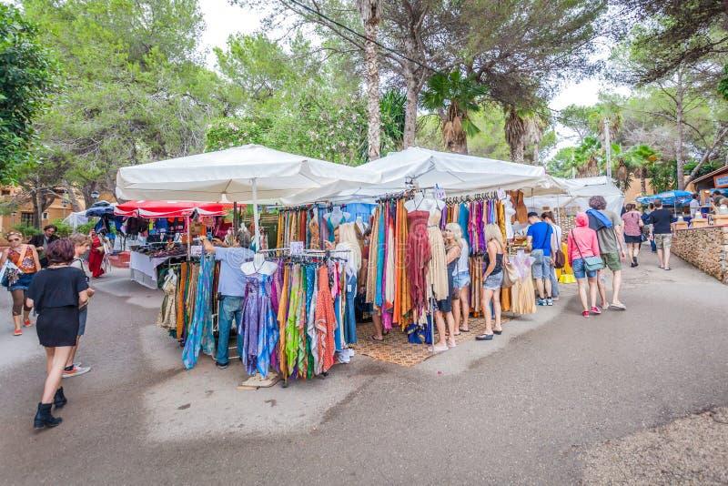 O mercado do hippy de Punta Arabi é um lugar famoso na ilha onde os artistas vendam ofícios feitos a mão e lembranças foto de stock