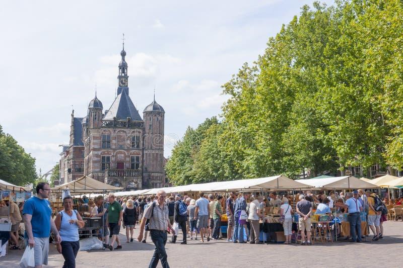 O mercado do livro de Deventer nos Países Baixos o 3 de agosto de 2014 A plaza do limiar aglomerou-se com suportes dos povos e de foto de stock royalty free