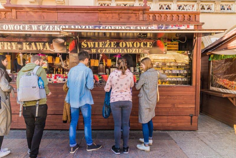 O mercado local no quadrado principal da cidade velha de Krakow imagem de stock royalty free