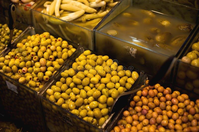 O mercado oriental famoso Azeitonas típicas em Istambul, Turquia imagens de stock