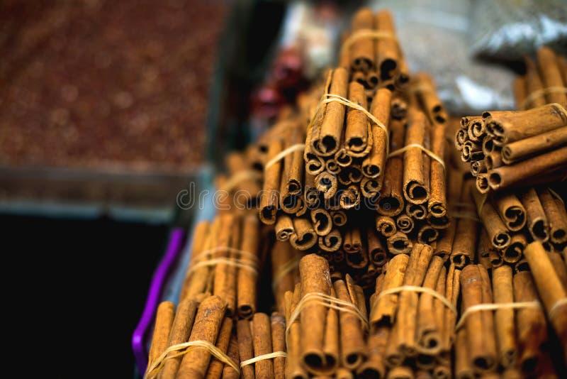 O mercado oriental famoso Varas de canela típicas em Istambul, Turquia imagens de stock royalty free