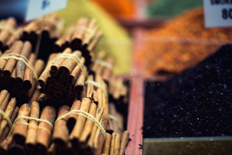O mercado oriental famoso Varas de canela típicas em Istambul, Turquia fotos de stock