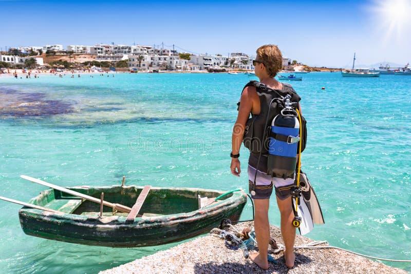 O mergulhador de mergulhador masculino aprecia a vista sobre as águas de turquesa do Mar Egeu fotografia de stock