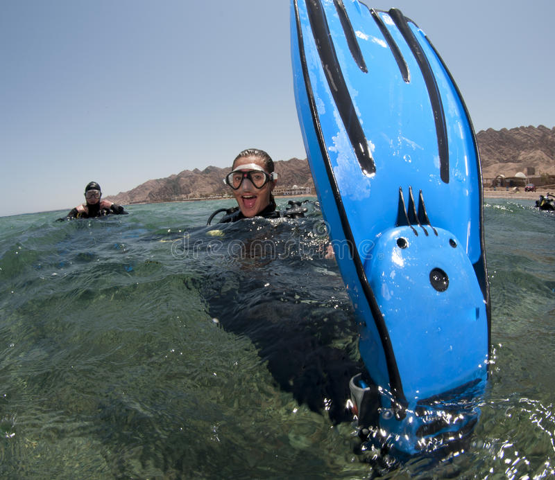 O mergulhador do mergulhador mostra-lhe aletas imagens de stock
