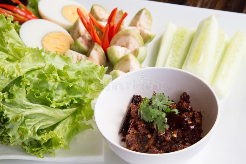 O mergulho tailandês de Nam Prik da pasta do pimentão serviu com feijão longo, pepino, cúrcuma branca, ovo cozido, beringela e ce imagens de stock