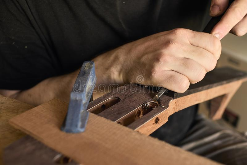 O mestre da guitarra estabelece uma folha de prova na cabeça da guitarra fotografia de stock royalty free