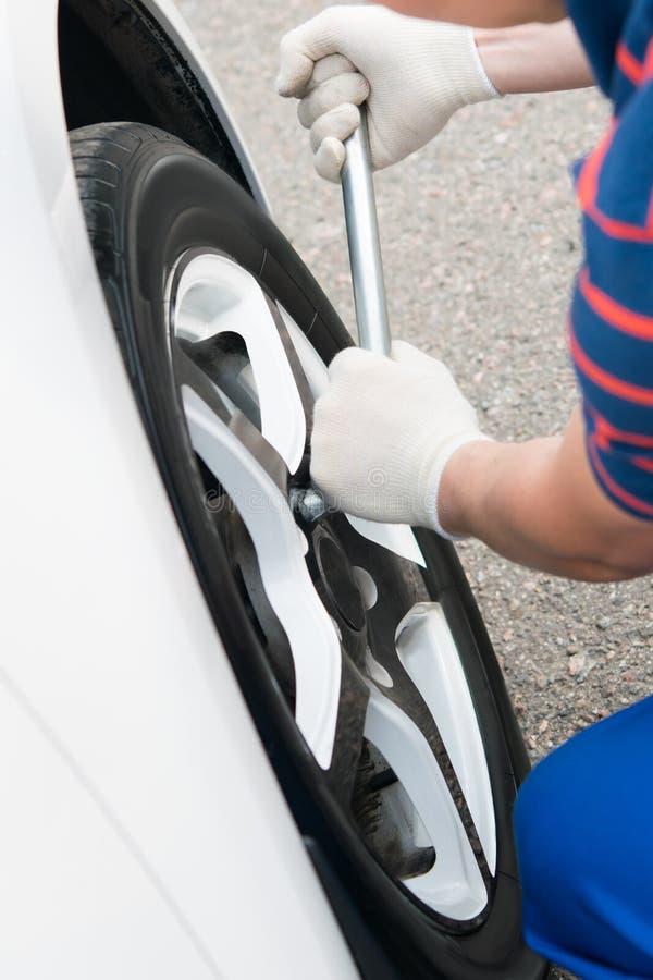 O mestre do serviço de um veículo motorizado verifica a exatidão de prender as rodas fotos de stock royalty free