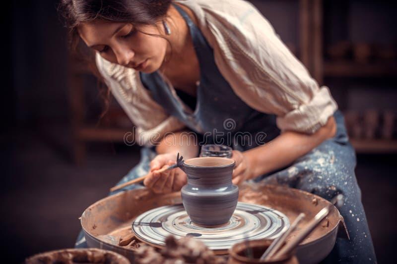 O mestre fêmea de encantamento esculpe da argila O conceito da faculdade criadora do of?cio foto de stock royalty free