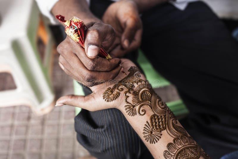 O mestre indiano da rua usa a pasta ou o mehndi da hena foto de stock royalty free