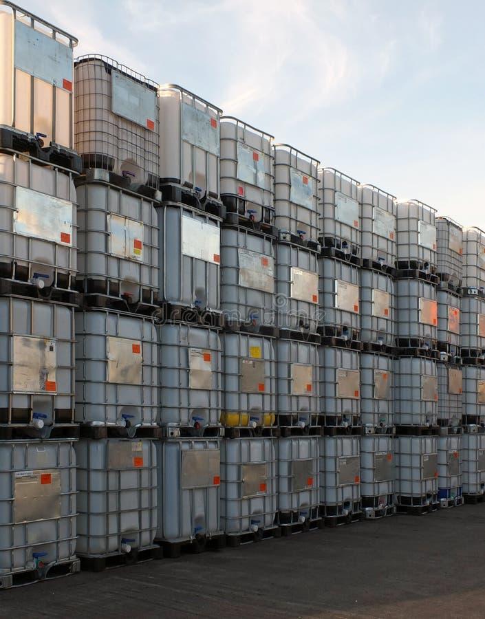 O metal moldou os recipientes de maioria intermediários empilhados nas páletes que esperam para ser limpado ou reutilizado em uma fotos de stock